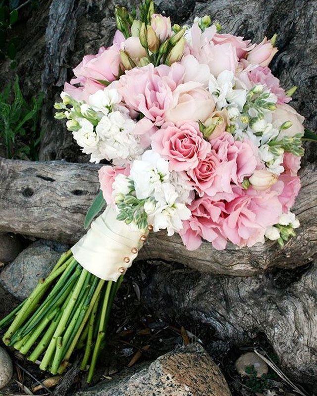 BUQUET. Um dos acessórios indispensáveis de qualquer noiva. Há aquelas que prefiram os mais coloridos as que preferem os tradicionais mas o fato inegável é : todas querem jogar o buquet . E quem será a sortuda a pegar? Façam suas apostas. #bouquetdenoiva #bouquet #bouquetdeflores #noivasrio #noiva #noivas2016 #noivas2017 #acessoriodenoiva #noivalinda #casamento #casamentodoano #casamentobrasil #casamentolindo #casamentofeliz #branconoaltar