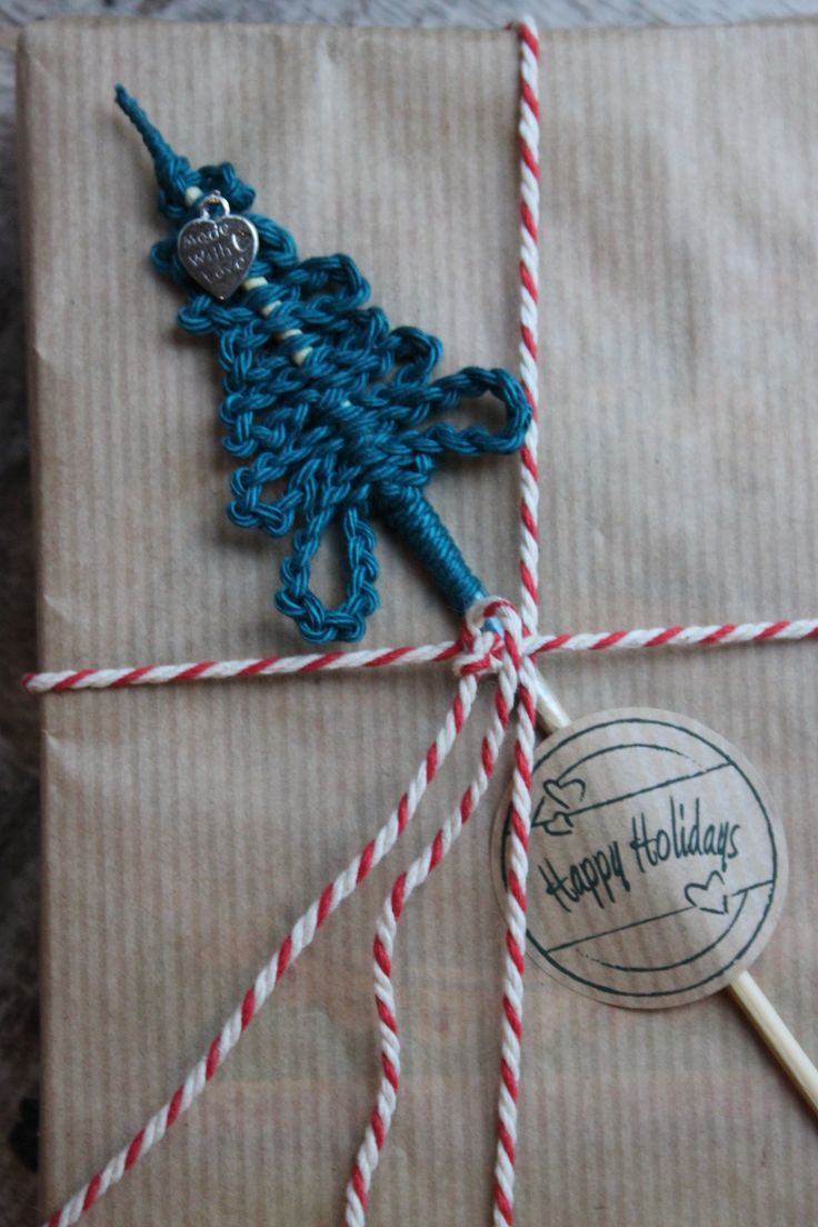 Kerstboompje van een ketting van lossen op een satéprikker als versiering op een kerstcadeautje