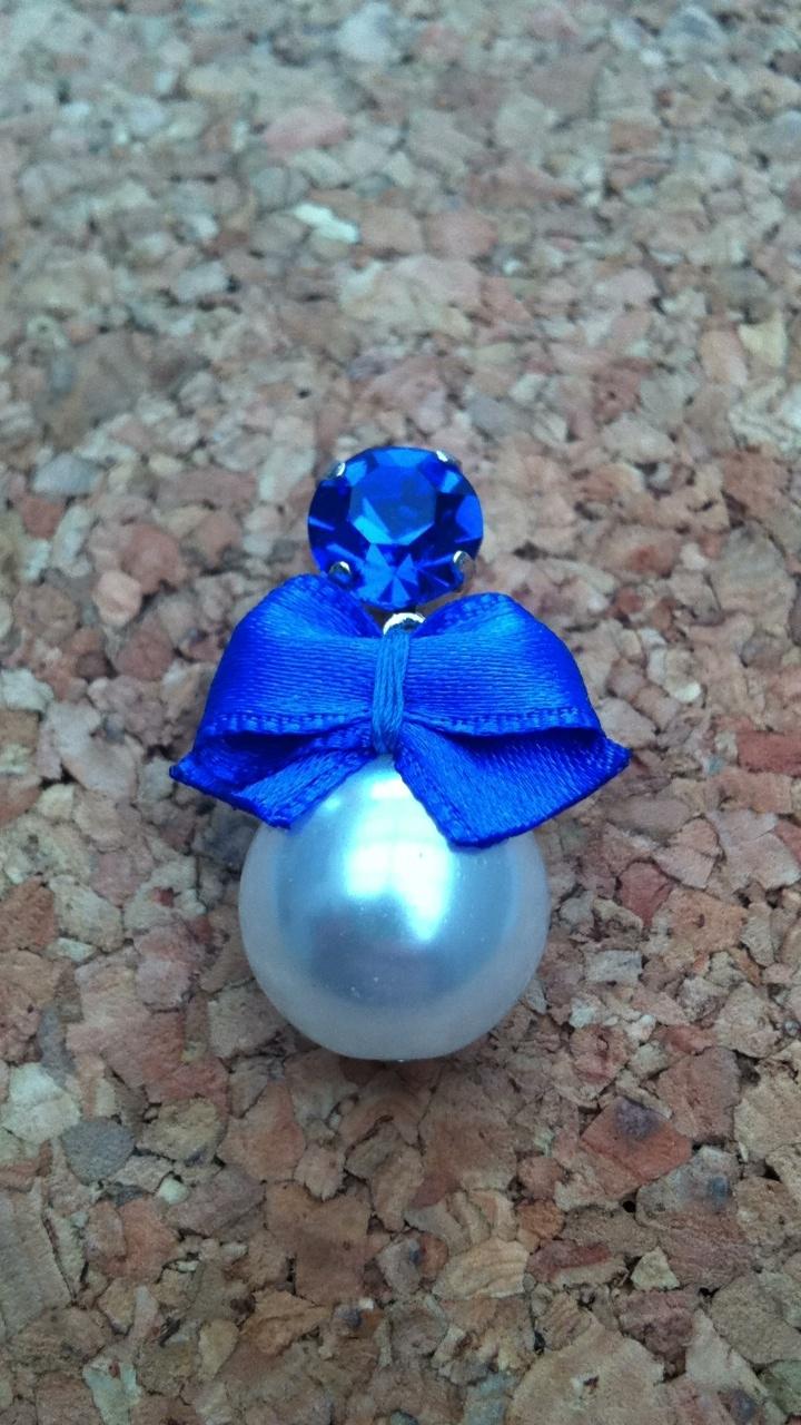 Hoog blauwe strik met witte parel
