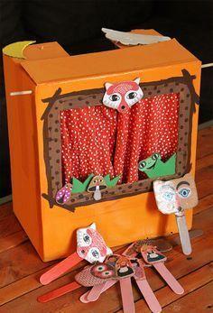 Petites marionnettes und papier recycelt für ein kleines Theater
