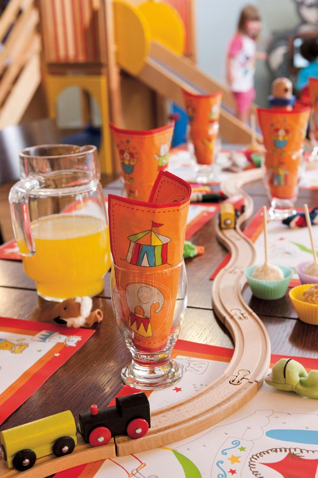 Set the table with your guests in mind! A playful table setting for the younger guests.