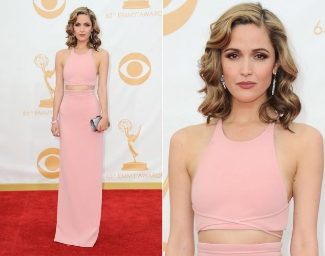"@Rosemary Byrne #Emmys2013 lucio un tono de cabello mas claro con un vestido estilo ""crop-top"" en tono rosa palido @Calvin Klein #ojoconesto"