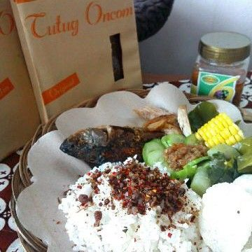 Makan siang enyaaaak nih!  Rasa jeruk pedas emang paling jozzzz #tutugoncom #nasitutugoncom #nasito #tutugoncomrice tutugoncom#tutugoncominstan #khastasik #khassunda #aslitasik #kulinertasik #kulinerbandung #kulinerindonesia #food #tradisional #traditionalfood #indonesiabanget