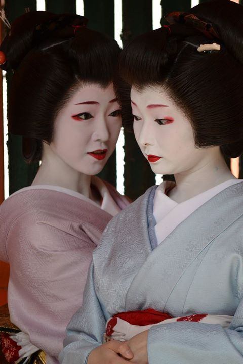 The geiko Toshimana (sweet blue) and the geiko Toshikana. They are both ultra famous girls of Miyagawacho and since their maiko stage!!