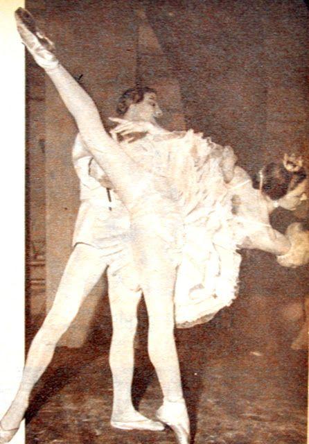 """Geçenlerde ev ekonomisi derneği menfaatine şehrimizde temsiller veren Bolşoy balesinin baş balerininin nefis bir """"Pas des deux"""" figürü görülmektedir...1959"""