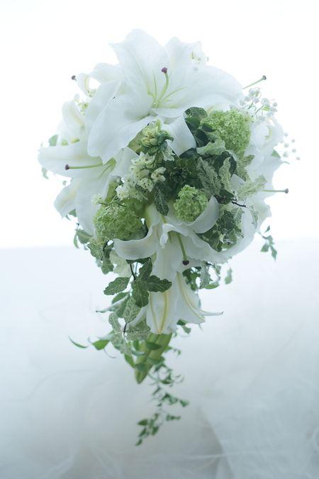 3月半ば、シェ松尾青山サロンさまへお届けしたユリのブーケです。一着めの白いドレスはユリのモチーフ。お色直しのドレスは紺に近い深い青。ユリのモチーフのドレス...