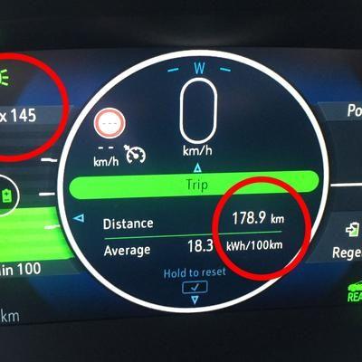 Opel ampera-e je prvi električni avtomobil, ki mu bomo lahko v Sloveniji pripisali vlogo prvega družinskega avta. Je dovolj prostoren in z realnim dosegom od 300 do 380 kilometrov tudi odpravlja največji pomislek o elektromobilnosti. Toda proizvodnjiGeneral Motorsa ne uspe slediti povpraševanju in zato avto na evropske ceste prihaja zelo počasi. Bi znala konkurenca tako dober avtomobil bolje izkoristiti in iz njega narediti pravi avtomobilski hit?