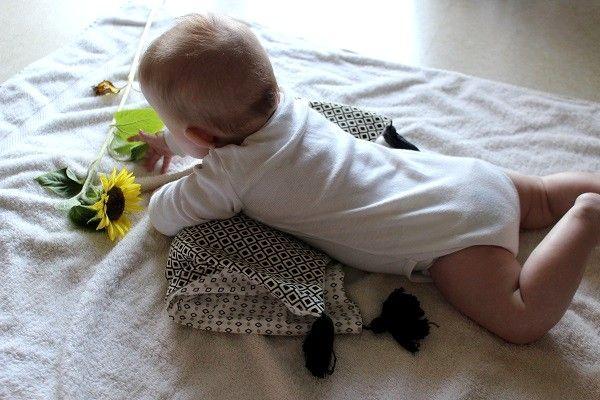 Ces derniers jours, j'ai proposé plusieurs activités de découvertes sensorielles à mon bébé. Je lui mets généralement des éléments naturels à sa disposition, qu'elle peut découvrir et manipuler librement. Durant ces moments, je surveille évidemment ma Doucette et reste tout près d'elle. Je n'interviens pas sauf si elle porte les éléments à la bouche. Lorsqu'elle est positionnée sur le ventre, elle ne tente pas de goûter ce qu'elle voit ou ce qu'elle manipule parce-qu'il est plus difficile…