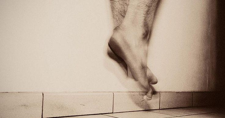 Quais são as causas da dor aguda na articulação do tornozelo ao andar?. A articulação do tornozelo é composta por dois ossos da perna e do próprio osso do tornozelo, dos quais são cercados e apoiados por ligamentos, músculos e tendões. Uma lesão em qualquer um dos ossos, ligamentos, músculos e tendões causará dor no tornozelo ao caminhar.