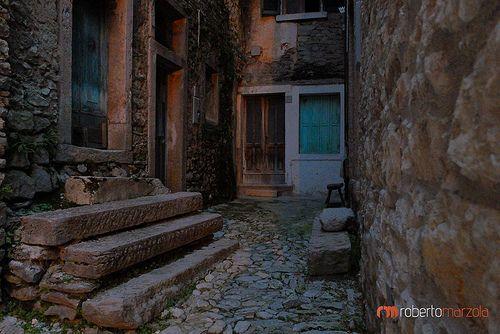 Luoghi della memoria , case abbandonate dopo il il disastro delle diga del Vajont Erto e Casso, diga del #vajont, #www.robertomarzola.it.it, fuji X20