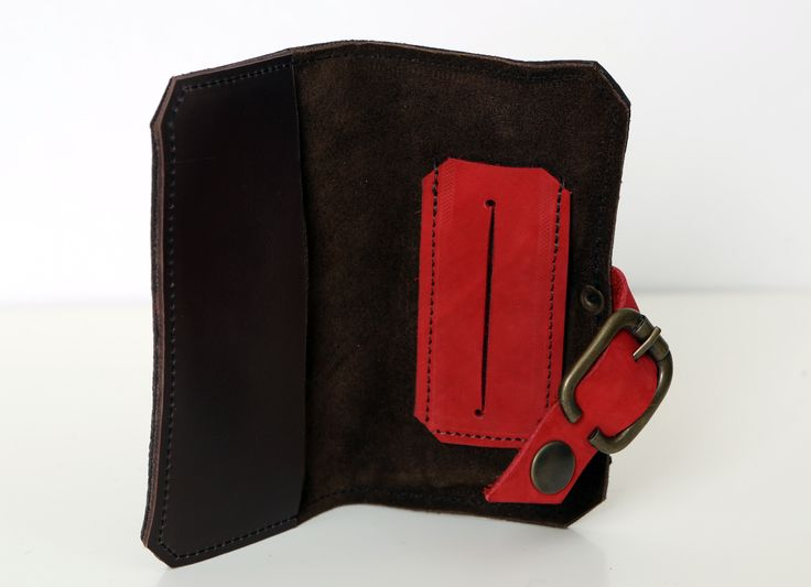 Portatabacco in vari materiali: pelle martellata, morbida pelle e nabuk.