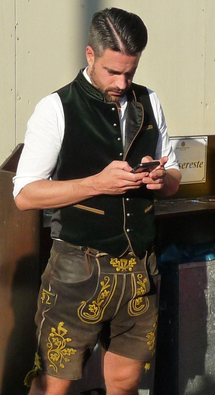 Modernes Kostüm: Lederhosen und ein Handy – Trachten herren