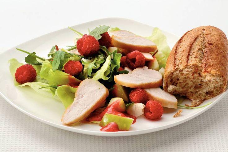 Salade met gebakken kip en frambozen. Zonder brood natuurlijk, de salade alleen is al genoeg!