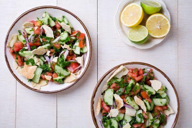 Ook zo gek op de Libanese keuken als wij? Dan moet je absoluut eens fattoush proberen. Deze Libanese salade is fris, kruidig en perfect voor doordeweeks. Fattoush wordt trouwens niet alleen in Libanon