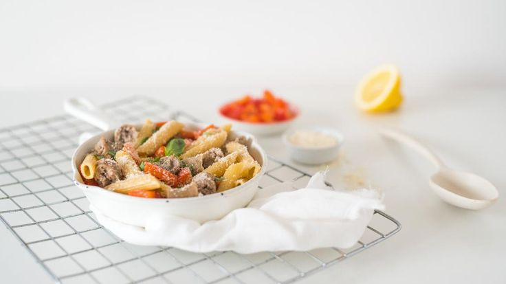 Eenpanspasta met Italiaanse worstjes, paprika en boontjes | VTM Koken