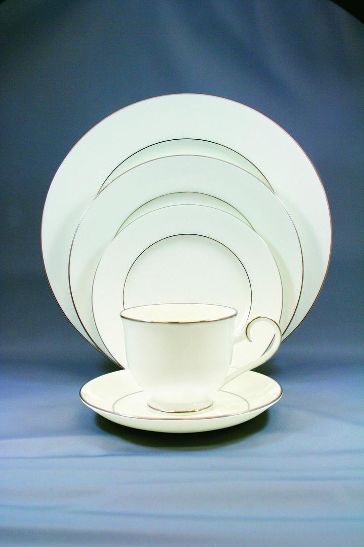 Сервиз чайно-обеденный, 6 перс, 31 пр, Белый с платиной  Посуда из костяного фарфора. Комплектность: 1 салатник, 6 тарелок 26,5 см, 6 тарелок 21,0 см, 6 суповых тарелок, 6 чашек, 6 блюдец.