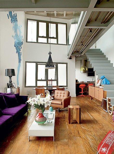 O conceito da flexibilidade de um novo edifício, em São Paulo, permitiu que o arquiteto Paulo Mencarini projetasse uma ampliação e construísse com sua mulher o apartamento que desejavam. No living, a estrutura metálica, que ampliou a área do apartamento,
