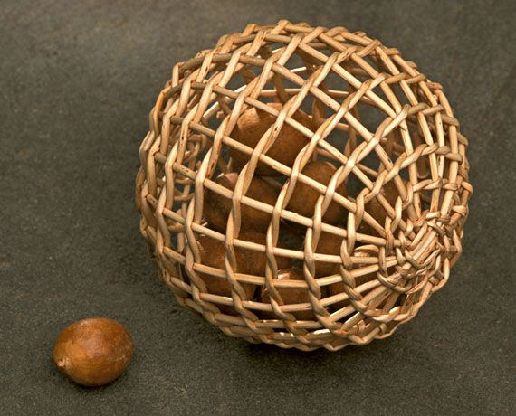 Bola de papel - Paper ball by Charlie Kennard