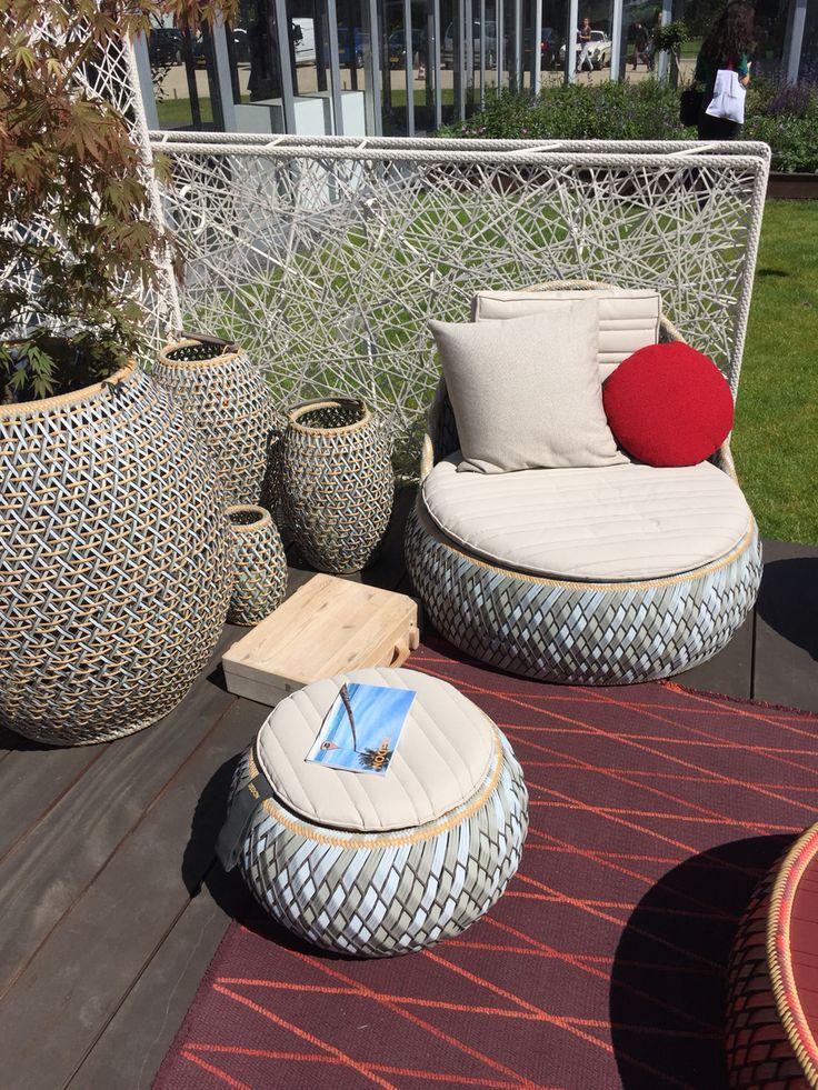 Trendy is tuinmeubilair in lichte kleuren . Dedon gebruikt voornamelijk beige basiskleuren gecombineerd met rode kussens voor hun Zomer collectie.