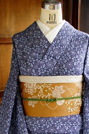 一面の鹿の子の型染めに、ダイヤモンドモチーフのようなお花模様が連なるロマンチックデザインが染め出された、総絞り風のリップル地の注染レトロ浴衣です。