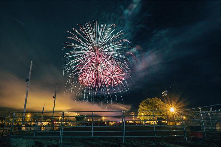 Vuurwerk kortere sluitersnelheid: Hoe vuurwerk fotograferen? Een goede vuurwerk foto kan erg imposant zijn, maar hoe kan je dit bereiken? Met onze tips ga je vuurwerk fotograferen als een pro. Ga voor een knaller.
