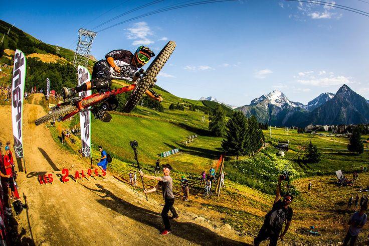 Cette année, le Crankworx Les Deux Alpes organisait le premier contest de whips. Une compétition qui a permis aux riders présents sur place de la jouer détendue, comme Brendan Fairclough sur cette photo.