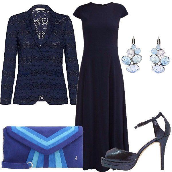 Outfit, perfetto per una cerimonia di sera, composto da abito blu lungo dal taglio semplice abbinato ad una giacca in pizzo blu, scarpe con plateau e cinturino, borsa con motivo geometrico nei toni del blu e orecchini che danno luce.