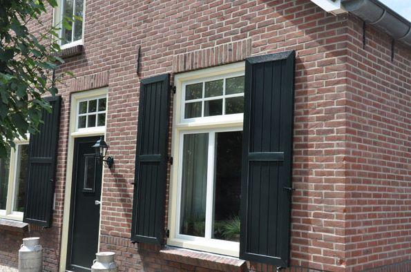 luiken raam zwart shuttered window