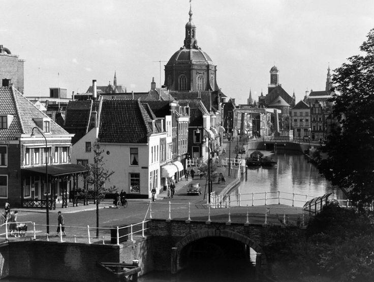 De Korte Mare gezien vanuit een huis aan de Maresingel ter hoogte van de Haarlemmertrekvaartbrug naar het zuiden met Marepoortsbrug op de voorgrond. Links cafe 'De Spons'. In het verschiet de Marekerk en verderop de Hartebrugkerk (10 juli 1957).