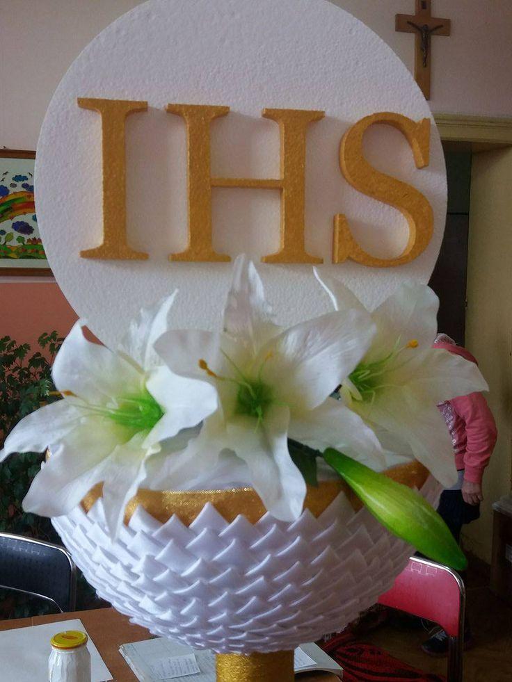 Styropianowa hostia z napisem złotym IHS w kielichu