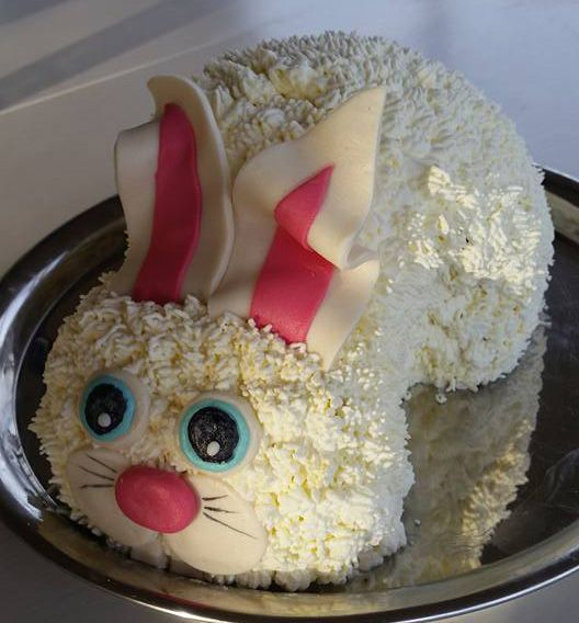 Sötaste påsktårtan bjuder Anneli Caesar i Hovmantorp på denna helgen! Runt om i Sverige har våra duktiga konsulenter bakat tårtor till påsk. Detta är en av dem och visst är den bedårande? Vill ni boka en visning där vi lär ut tips och trix för hur just du lyckas med din bakning och tårtdekoration? Maila oss, så sätter vi dig i kontakt med den konsulent som finns närmst dig: info@sugarkitchen.se #påsktårta #kanin #älskabaka #tårtdekorationer #homeparty #bokavi