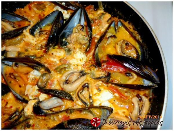 Steamed mussels with feta, ouzo and peppers. Mύδια αχνιστά με πολύχρωμες πιπεριές και φέτα #sintagespareas