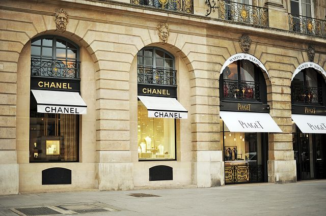 After visiting Zadig & Voltaire - one of the French beloved easy-going brands - we are going to do a little window-shopping at Place Vendôme - the mecca for fine jewellery. http://goo.gl/ecDxcK
