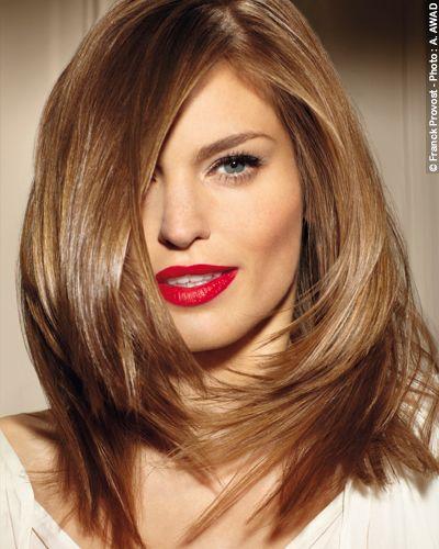 Glamour infinito.  El cabello se alisa con una plancha y se  redondea en los contornos del rostro para sublimarlo.