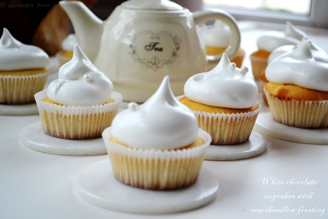 Bucataria familiei mele: White chocolate cupcakes with marshmallow frosting (recipe)