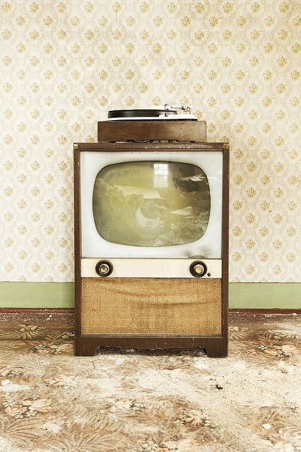 Vintage TV-  Sister you remember this????  Picture it now Di.....Daddy you and me lying on the floor watching this tv.......good times!