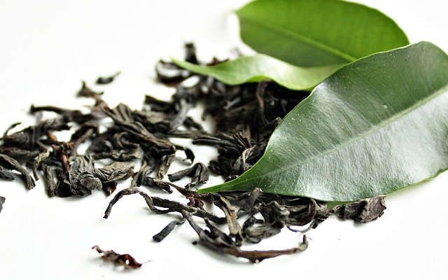 On ne doute plus des bienfaits du thé vert tant pour la santé que pour la peau!   améliore la santé des cheveux, booste leur pousse  réduit les vergetures et l'apparition des cellulites  réduit les cernes et les contours de yeux noirs  fait briller la peau  etc   Ce qu'