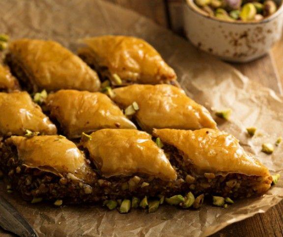 Nem kell többé a sarki török büfébe szaladgálnod a baklaváért - mutatjuk az eredeti receptet! Kicsit pepecs, belátjuk, de nagyon egyszerű, és minden ráfordított percet megér!