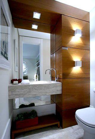 Pedras e madeiras foram combinadas na decora��o do lavabo projetado por Daniella e Pricilla de Barros, j� que o ambiente n�o conta com o vapor do chuveiro Foto: Martin Szmick/Divulga��o