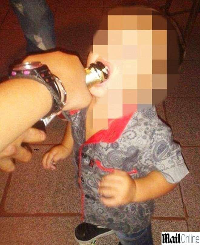 ARGENTINA Una madre fa bere e fumare il figlio di appena tre anni, poi pubblica le foto sul social Facebook vantandosi. Le