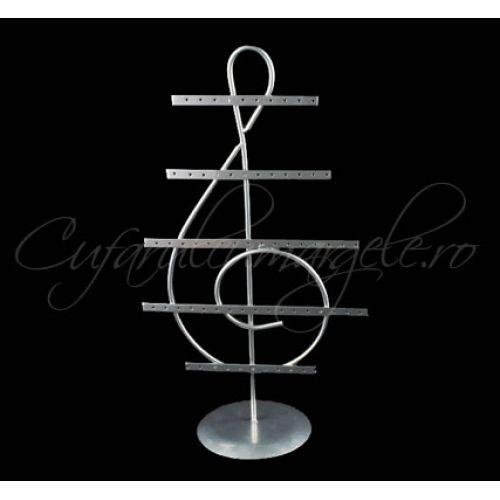 http://www.cufarulcumargele.ro/Suport-cercei-cheia-sol-argintiu-64-orificii Suport metalic cercei - cheia sol. Inaltime = 37 cm Latime = 21 cm. Distanta intre lamele = 5 cm Nr orificii = 64