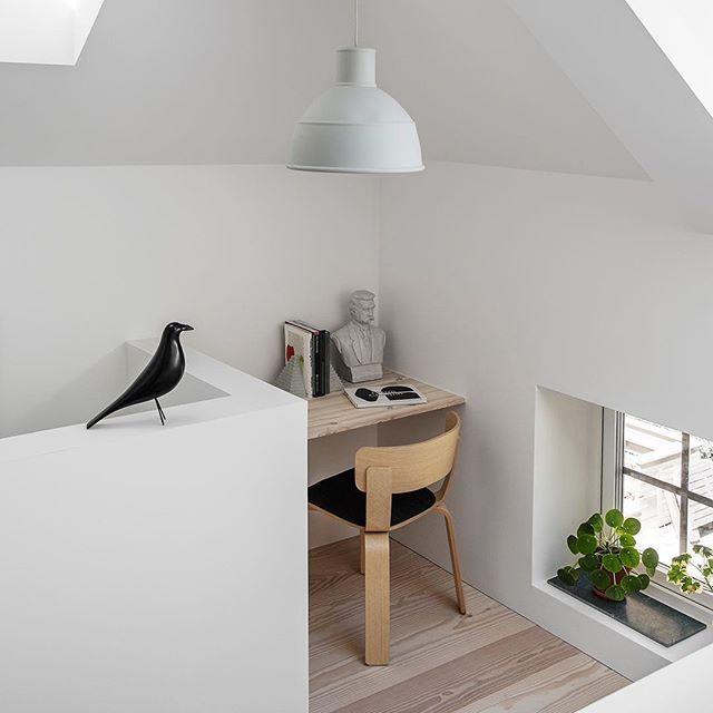 Aprovechar los espacios pequeños y aquellos rincones que creemos poco útiles.  Aquí te mostramos una buena referencia: El apartamento del Petrus Palmér, co-fundador del estudio @formuswithlove. Un pequeño workspace con lo esencial y necesario cómo la polivalente lámpara Unfold de @muutodesign y cómo no, la compañía del Eames House Bird e Vitra.  Da gusto empezar así la semana!  • • • #DomésticoShop #design #interiordesign #diseño #diseñointerior #love #pursuepretty #interiorarchitectur...
