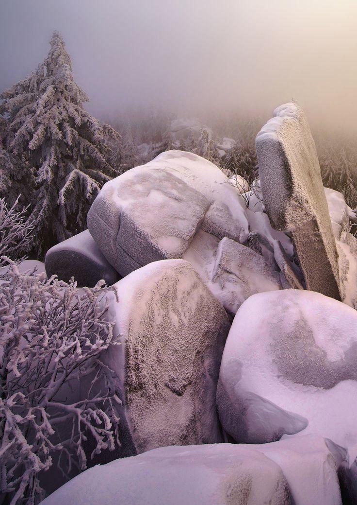 Winter Wonderland: die Felsentürme am Nusshardt im Fichtelgebirge.