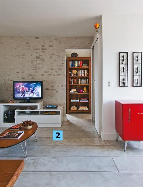 O apartamento inteiro tem um piso só: cimento queimado (2), deixado em sua cor natural, da Dalle Piagge. As juntas de dilatação simulam tábuas de 40 cm de largura. O único revestimento diferente fica no boxe, que ganhou pastilhas de 10 x 10 cm (Portobello).