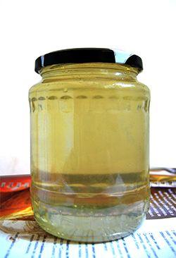 """""""Mierea pentru albine tine loc de soare si flori! Ea este un fel de viata curgatoare…""""Mierea de salcam contine vitaminele B1, B2, B6, B12, enzime, compusi aromatici, fitohormoni, acizi organici (lactic, malic, oxalic, citric), flavoane, flavonoide, dextrina, compusi ai azotului.Mierea de salcam are un continut in fructoza mai mare decat al celorlalte tipuri de miere (41,7%) si contine 10% zaharoza si maltoza si 34,7% glucoza,"""