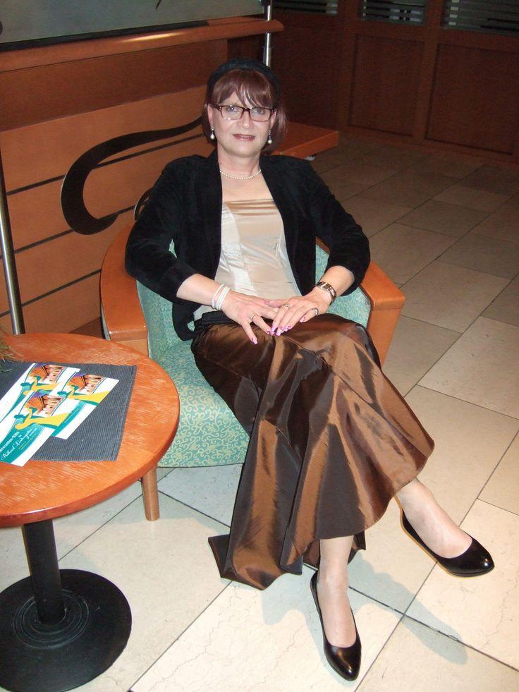 https://flic.kr/p/STt2Jg   Hotel Lobby   Me sitting in a nice evening skirt and suede jacket in the lobby of my hotel and enjoy watching arriving guests. Am Abend saß ich im einem schönen Abendrock und Wildlederjacke in der Hotellobby und schaute mir die ankommenden Gäste an.