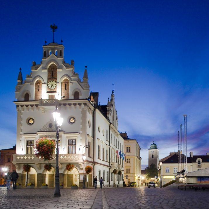 Ratusz w Rzeszowie wybudowany  przez Mikołaja Spytka Ligęzę, najprawdopodobniej przed końcem XVI wieku. Dzisiejszą formę przyjął pod koniec XIX wieku, kiedy to w 1867 i 1884, następnie w latach 1897-98 przeprowadzono jego gruntowną przebudowę łączącą elementy w stylu neogotyckiego i neorenesansowego. O każdej pełnej godzinie rozbrzmiewa z niego hejnał miasta. Do dziś Ratusz pozostaje budynkiem, w którym mieści się siedziba Urzędu Miasta i Prezydenta.