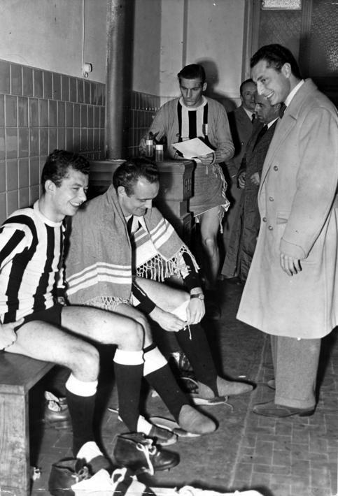 Un giovane Agnelli nello spogliatoio della Juventus. Con l'asciugamano sulle spalle si riconosce Giampiero Boniperti