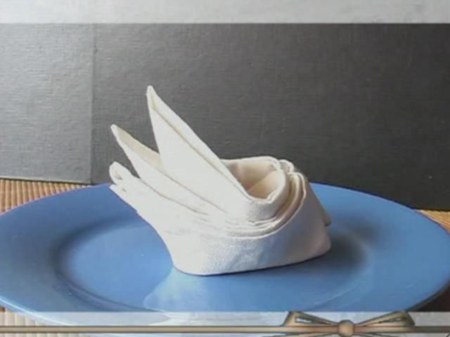 Comment plier une serviette de table en forme de bateau ?