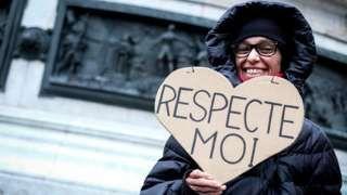 Image copyright                  Getty Images                  Image caption                                      Más de 10.000 mujeres indicaron en sus perfiles de Facebook su interés de unirse al movimiento y el hashtag #7novembre1634 estuvo entre los más populares en Francia.                                Parece un dato inocente, una hora al azar de un d�